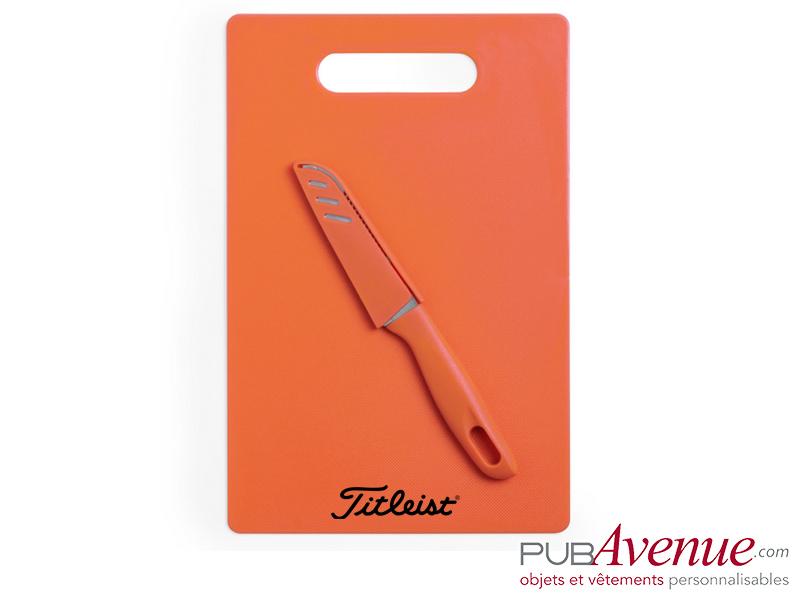 Planche cuisine publicitaire avec couteau